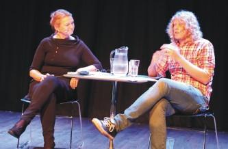 Dramatiker Fredrik Brattberg i samtale med kultursjef Gina winje