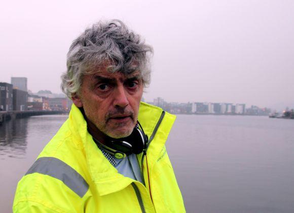 LITTERATUR OG ENGASJEMENT. Bjørn Erik kristiansen ved bredden av Porsgrunnselven. Foto: Per Erik Andersen
