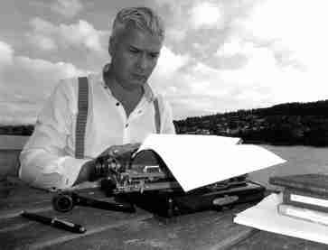 SKRIVEKURS: Foto fra Litteraturgarasjens redaksjon før vi fikk innlagt strøm og fax.
