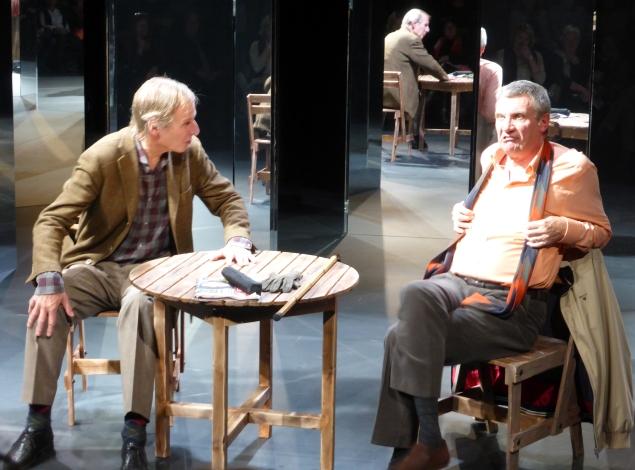 """GALSKAPENS SPEIL: Ola Otnes (f.v.) som Harry og Jan Ø. Wiig som Harry i Teater Ibsens oppsetning """"Hjem""""."""