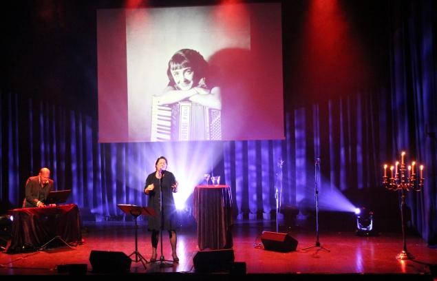 PIAF I BAMBLE: Anita Torvund akkompagnert av Espen Gundersen Gjeldstad under helgens hunderårsmrkering for Edit Piafs fødsel.