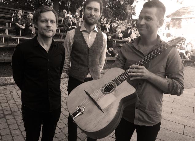 SIGØYNERJAZZ: Per Einar Watle Trio skapte go-stemning på Parkjazzen i Skien. Per Einar Watle(f.h.), Christian Larssen på gitar og Ketil Aasen på bass.