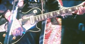 DRAR LASSET SJØL: Neil Yong leverer en tretimers konsert i Stavern.