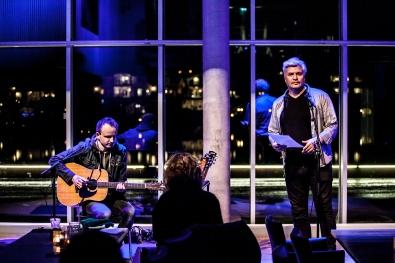 """FOLK FRA GLEMTE BYGDER: Stig Ulv og Per Erik Buchanan Andersen fremfører """"Bambleindianer"""". Foto: Kai Hansen."""