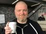 PORSGRUNNSPOETEN: Kai Hansen vant kopp, heder og ære for sine ti porsgrunnsbetraktninger. Nå kan fotografen titulere seg som Porsgrunnspoeten et helt år. Foto: Astrid Borchgrevink Lund.