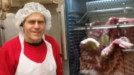PØLSE, RIBBE OG MEDISTERKAKER: Hos Pølsemaker Hans Ole Bergby produseres flere tonn med kortreist julemat i desember.