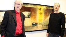 MESTEREN OG KUNSTNEREN: Billedkunstner Svein Tråserud (til høyre) har tolket Hans Herbjørnsruds novelleunivers.