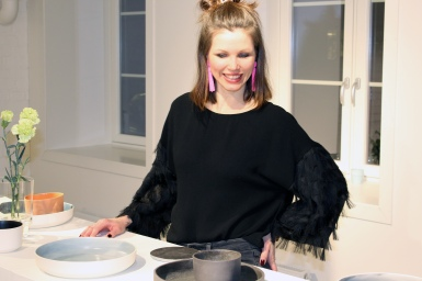 FUNKSJON OG FORM: Rene og enkle linjer er mitt porselensspråk sa Sara Skotte under åpningen av hennes utstilling i porselensmuseet i Porsgrunn.