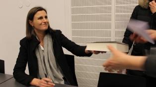 SKRIVEKURS: Suksessforfatter Helga Flatland går på speed-date med romanfiguren sin og liker møte leserne. Det skjedde på skrivekurs i Porsgrunn mandag. (Foto: Per Erik Buchanan Andersen)