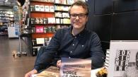 FØRSTE ROMAN: Stian Johansen fra Skien har skrevet originalt og nært om livet rundt Hydro på Herøya.