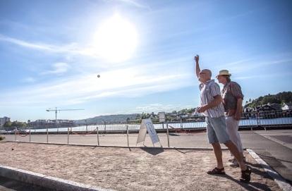 GAMLE KARER BLIR SOM NYE: Topptrente Rune Evensen fra Ælvespeilet demonstrerer strekk- og kastøvelser i Petanque. Morten Wesseltoft har anelser om hvor kula lander. Foto Per-Åge Eriksen.